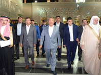 Выздоровевший президент Казахстана совершил намаз в мечети пророка Мухаммада в Медине