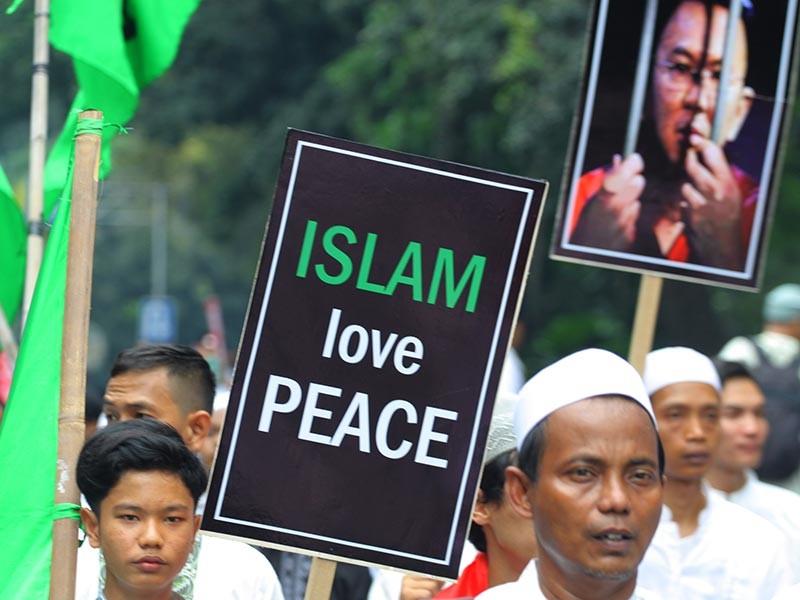Reuters отмечает, что возбуждение дела о богохульстве произошло на фоне растущей религиозной и этнической напряженности в стране, где большинство населения является мусульманами