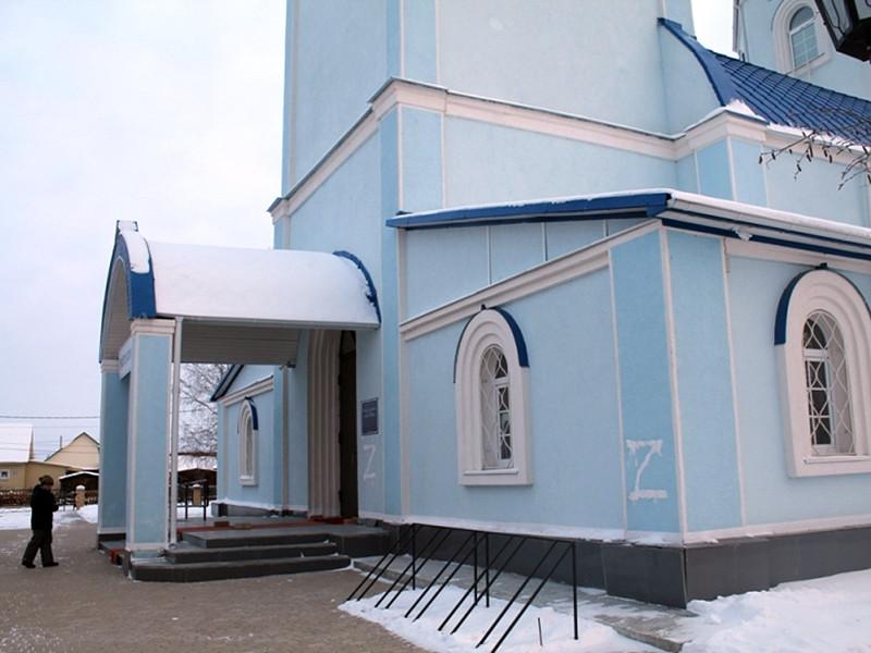 Полиция Ханты-Мансийского автономного округа вычислила и задержала вандала, осквернившего православный храм в Кондинском районе: мужчина нарисовал на стене церкви букву Z - как в фильме про известного благородного разбойника Зорро