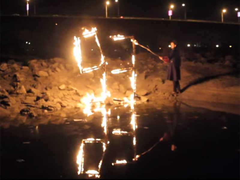 Сделанный из можжевелового дерева памятник, представляющий собой число 93, установили на берегу реки Кубань возле Яблоновского моста и открыли вечером 30 ноября, накануне 69-й годовщины смерти британского мистика