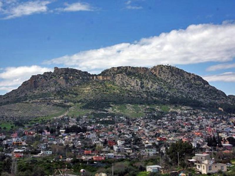 Резиденция Киликийского Католикосата находилась в городе Сис на территории современной Турции. В 1921 году после геноцида армян правительство Османской империи дало католикосу Сааку II два дня с тем, чтобы покинуть территорию