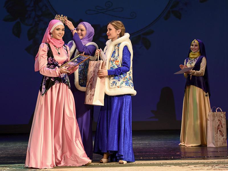 Участницы продемонстрировали умение читать Коран, готовить, танцевать и петь, ответили на вопросы по ахляку (мусульманским правилам быта), рассказали о взаимоотношениях с родителями и мужем. Во время конкурса также был организован показ мусульманской одежды
