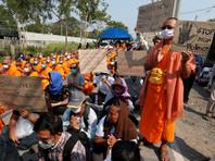 В Таиланде буддийские монахи собрали тысячи последователей для защиты от полиции золотых статуй Будды (ФОТО, ВИДЕО)