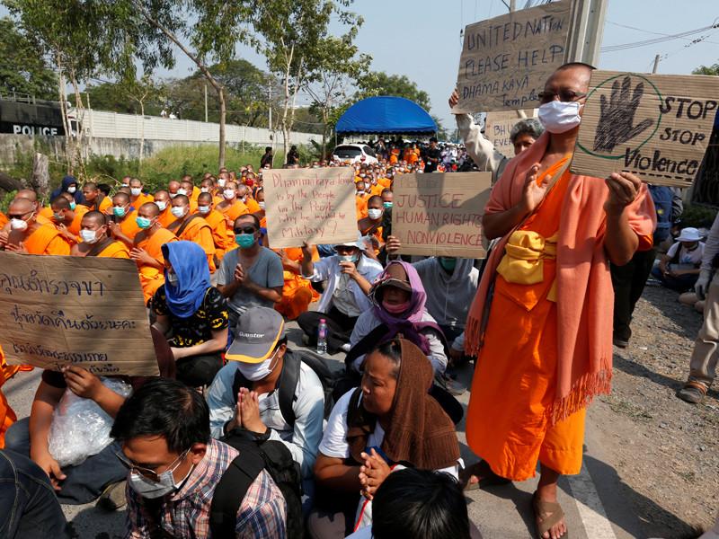 Протестующие у храма Ват Пхра Дхаммакая в провинции Патхумтхани, 20 февраля 2017 года