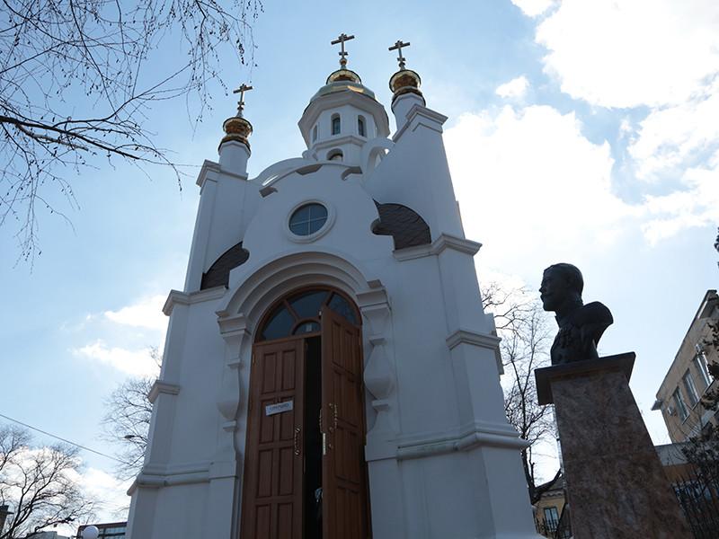 Иконы в симферопольской часовне, рядом с которой стоит прославленный депутатом Госдумы Натальей Поклонской бюст Николая II, начали мироточить 22 февраля