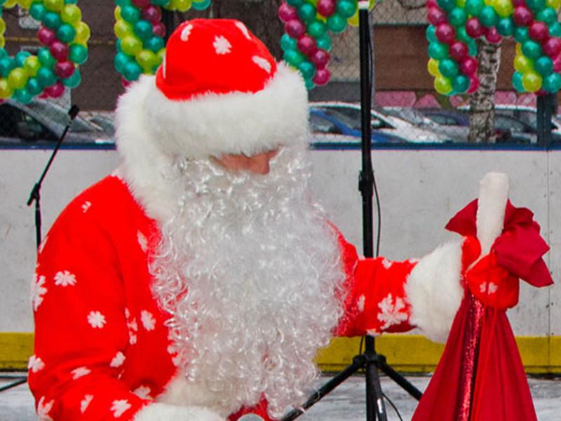 """Деда Мороза привлекли к ответственности за нарушение """"миссионерских"""" поправок - по мнению правоохранителей, зимний волшебник не уследил за женщинами, которые примкнули к гуляниям и предлагали прохожим купить религиозные брошюры"""