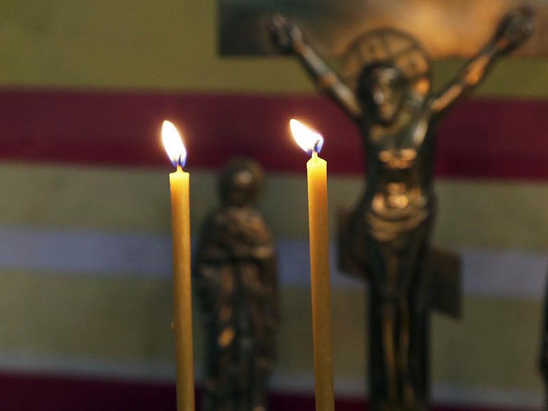 Женщина, находясь одна в квартире, стала читать молитвы и зажгла церковные свечи. Огонь от свечей попал на легковоспламеняющиеся предметы обстановки и начался пожар. Женщина пыталась потушить его своими силами. Она не смогла покинуть охваченное огнем помещение