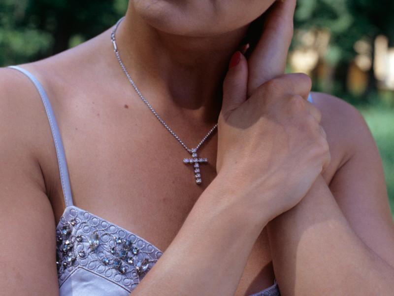 Берлинской учительнице запретили носить на работе христианский крестик