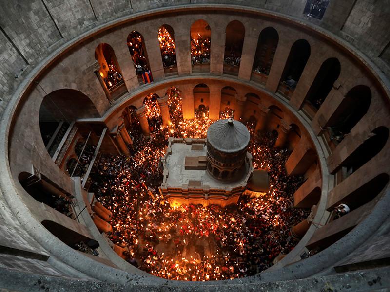 Священный огонь появился в Кувуклии (небольшой часовне, сооруженной, как считается, над местом погребения Иисуса) во время молитвы патриарха Иерусалимского Феофила, как это бывает каждый год накануне православной Пасхи