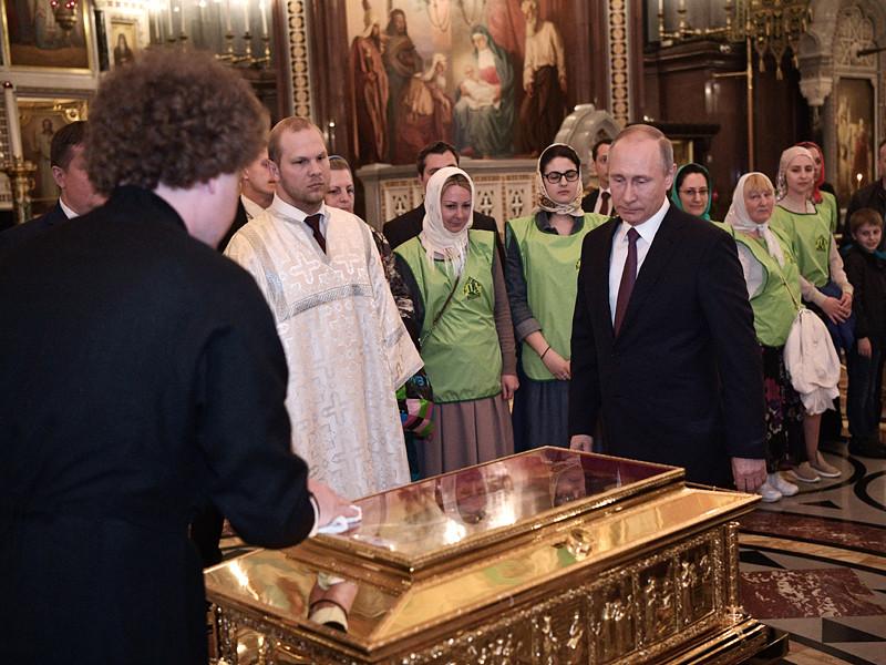 Президент Владимир Путин вечером 24 мая приехал в Храм Христа Спасителя и приложился к мощам святителя Николая Чудотворца, а после поставил свечку к иконе этого святого