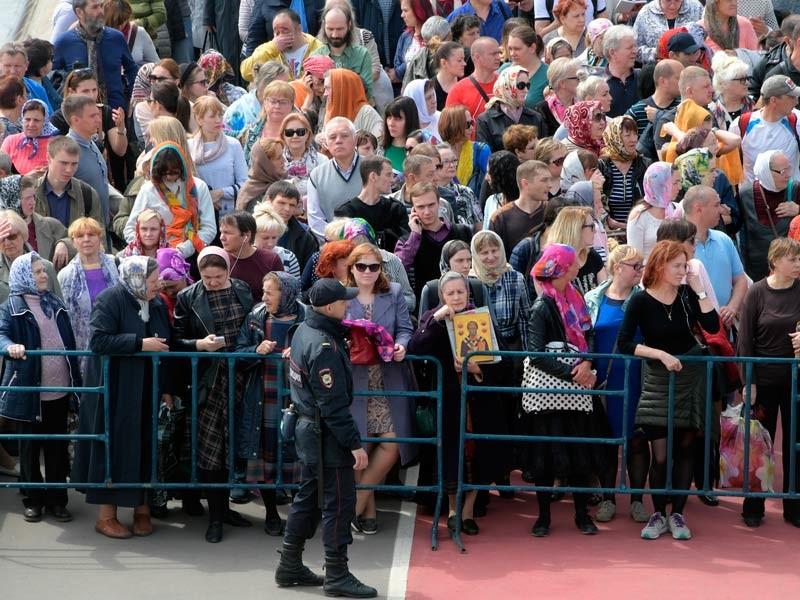 МЧС развернуло полевые кухни для стоящих в очереди к мощам Николай Чудотворца в Москве