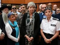 Мэй осыпали критикой во время визита в мечеть, у которой накануне был совершен теракт