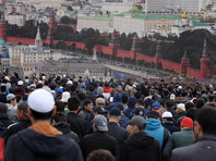 Что самая большая мечеть Москвы не смогла вместить всех желающих, поэтому мусульмане, несмотря на дождливую погоду, разместились на ближайших улицах