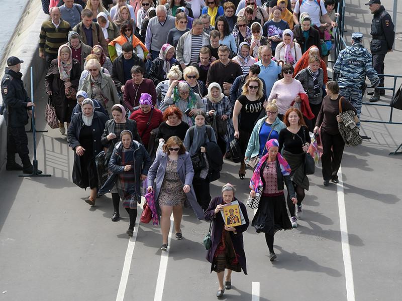 Мощам святителя Николая, привезенным в Москву из итальянского города Бари, с 22 мая поклонилось уже более 400 тысяч человек, а ожидание в очереди к храму Христа Спасителя, растянувшейся от 1-й Фрунзенской улицы, достигло восьми часов