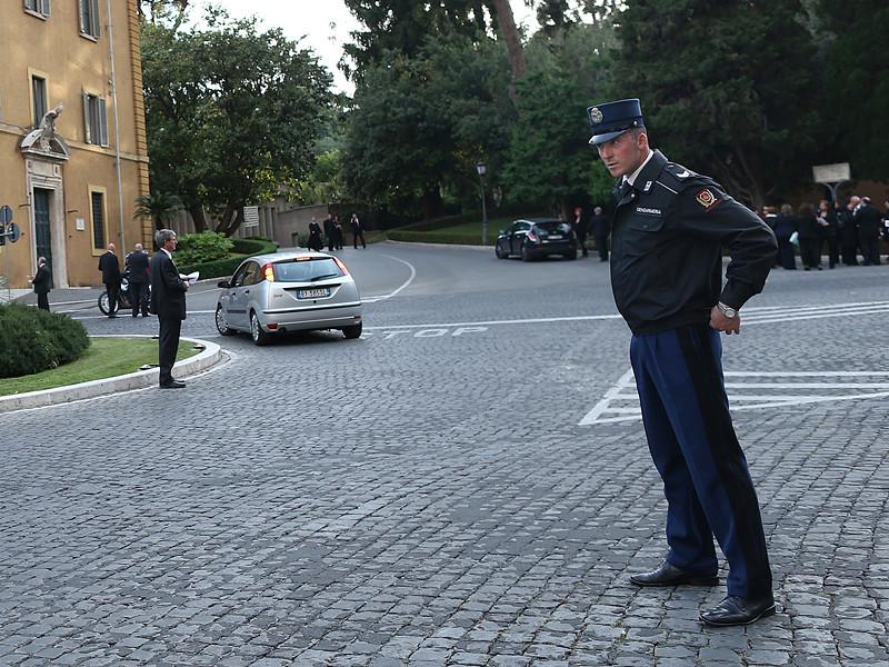 Жандармерия Ватикана в квартире 49-летнего Луиджи Капоцци, секретаря итальянского кардинала Франческо Коккопальмерио, прервала гей-оргию, участники которой употребляли наркотики