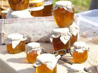 В народе этот день называют Медовым Спасом - в конце литургии совершается освящение меда нового урожая, а православные хозяйки по традиции пекут постные блины со свежим медом