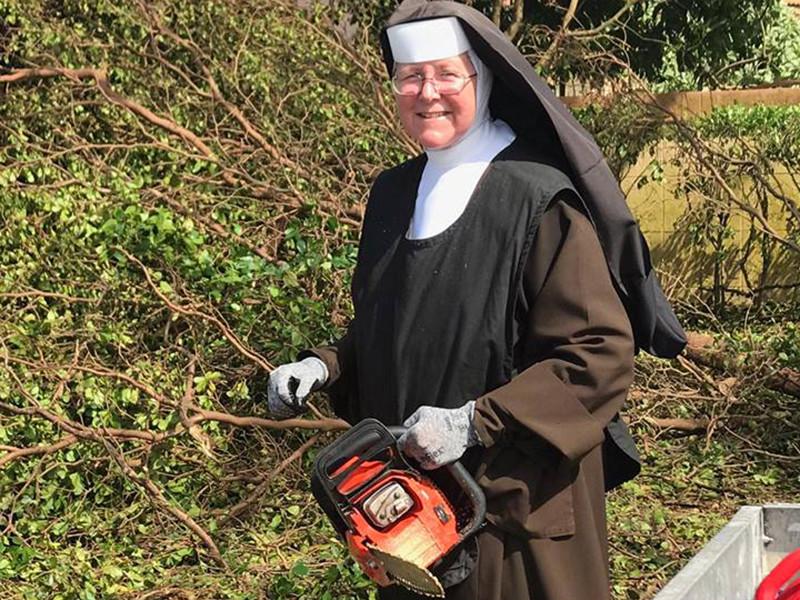 """Католическая монахиня из Флориды присоединилась к коммунальным службам, которые изо всех сил стараются расчистить дороги штата от поваленных ураганом """"Ирма"""" деревьев"""