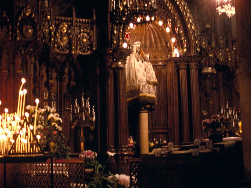 """Шартский собор во Франции, считающийся одним из лучших образцов французской готики, после 10-летней реставрации лишился почитаемой святыни - """"черной мадонны"""": образ стал светлым"""