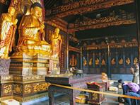 """Главное официальное печатное издание Китая, газета """"Жэнминь жибао"""", призвала партийных чиновников """"не молиться Богу и не поклоняться Будде"""", поскольку коммунизм - это атеизм, а суеверия лежат в основе злоупотреблений многих коррумпированных чиновников"""