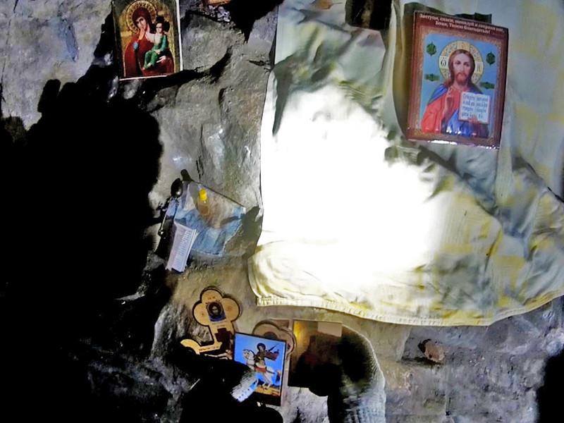 В Сугомакской пещере недалеко от города Кыштым Челябинской области 10 октября обнаружили множество икон и других церковных атрибутов. Спасатели провели операцию по их извлечению из подземелья, но при дневном свете оказалось, что большой ценности они не представляют