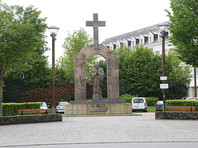 """Польша возмутилась """"чрезвычайным"""" решением властей Франции о сносе креста с памятника Иоанну Павлу II"""