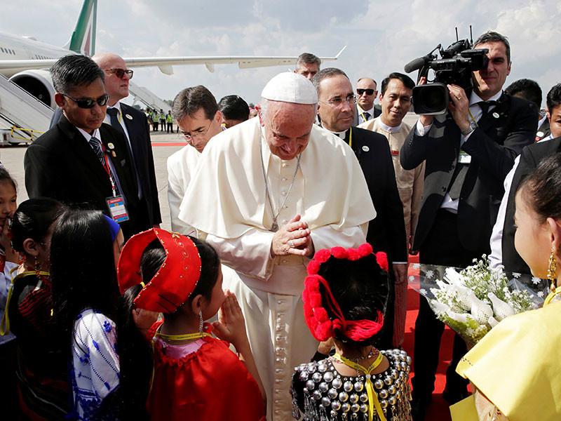 Папа Франциск прибыл в Янгон - финансовую столицу Мьянмы