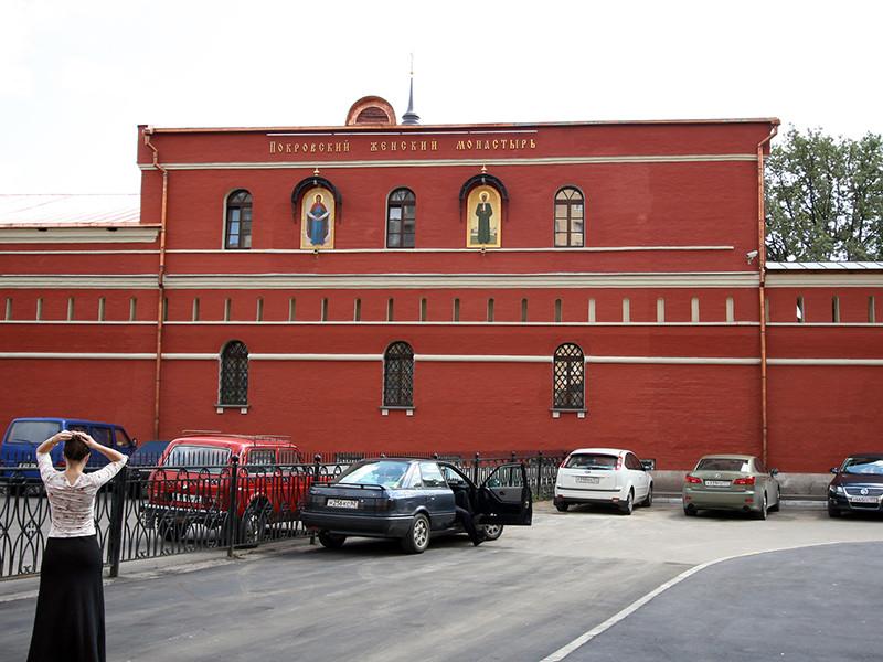 На базе Покровского женского монастыря в центре Москвы действует пятизвездочный отель, заселение в который дает право прохода к мощам Святой Матроны Московской без очереди