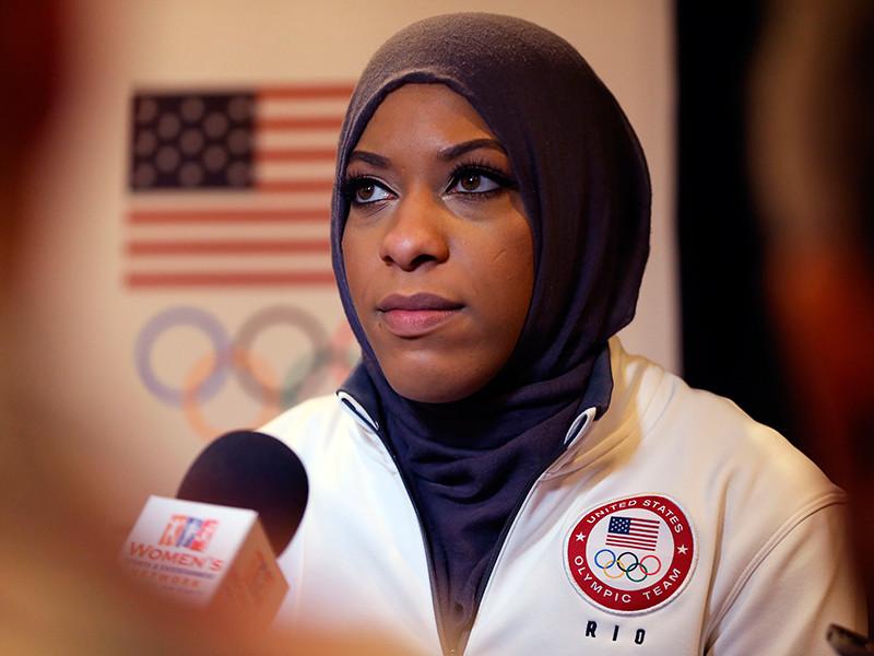 На производство куклы, облаченной в традиционную мусульманскую одежду, компанию вдохновила американская фехтовальщица, олимпийская чемпионка Ибтихадж Мухаммад