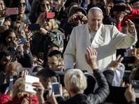 Папа Франциск призвал верующих во время мессы возносить к небу сердца, а не смартфоны