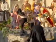 Полуголая активистка Femen задержана полицией Ватикана за попытку выкрасть Младенца Христа из вертепа (ВИДЕО)