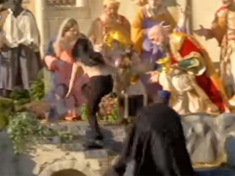 """По данным CNN, за неудачную попытку лишить католиков праздника была задержана украинская активистка Алиса Виноградова. Она пошла на дело в черных штанах и черных туфлях. На ее спине было написано: """"Бог - женщина"""""""