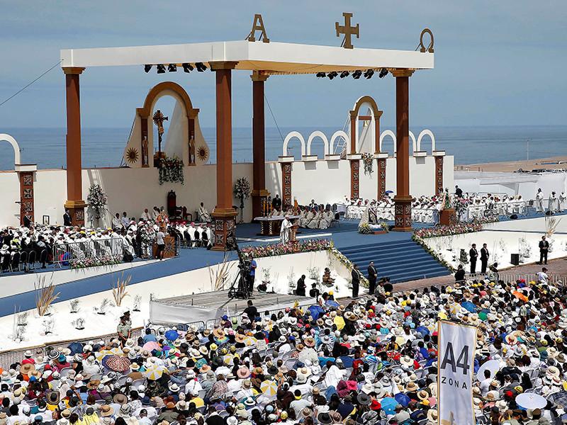 Визит папы римского Франциска в Чили оказался богатым на отклонения от протокола и выходы за рамки - начиная со спонтанного венчания бортпроводников во время перелета понтифика между провинциями и заканчивая заявлением папы о клевете со стороны жертв педофилов