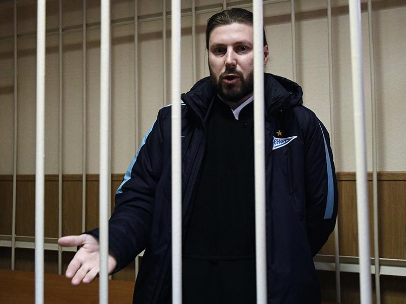 Несмотря на то, что суд 13 апреля отказал в удовлетворении жалобы священника Глеба Грозовского на приговор по делу о педофилии, в Русской православной церкви не спешат лишать священнослужителя сана до прохождения всех инстанций обжалования