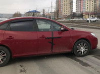 Кемеровчан переполошил автомобиль с черными крестами на дверях, брошенный поперек дороги напротив Знаменского собора (ФОТО, ВИДЕО)