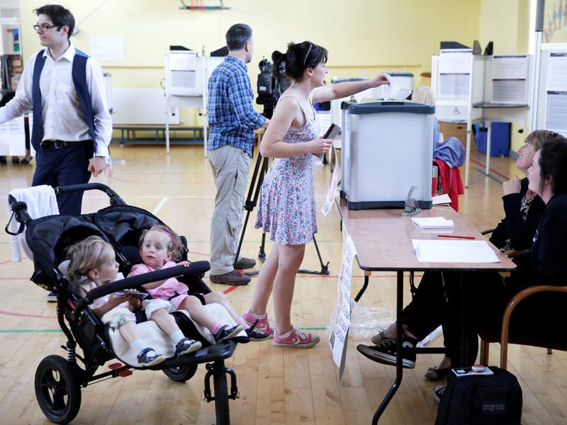 Референдум, в ходе которого окончательно решается вопрос о легализации абортов, проходит в Ирландии в пятницу, 25 мая. Речь идет об изменениях в статью 40.3.3 Конституции Ирландии, которая признает право на жизнь матери и нерожденного ребенка одинаковыми по своей юридической силе