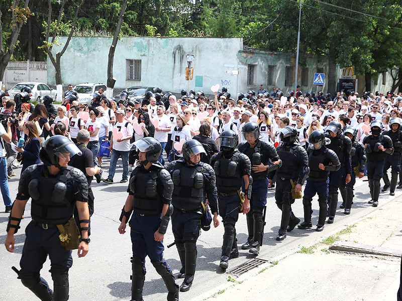 В Кишиневе церкви впервые не удалось испортить ЛГБТ-марш - полиция повязала мешавших акции религиозных протестующих