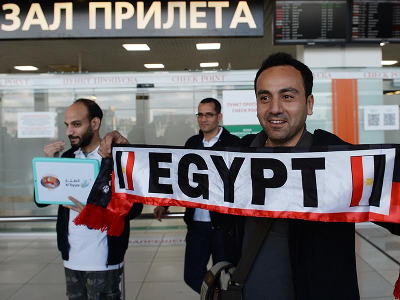 Между тем египетских болельщиков ждали в екатеринбургской мечети на улице Репина - для них даже огородили проезжую часть