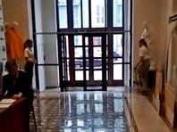 В сибирском вузе из-за визита делегации РПЦ прикрыли обнаженные статуи (ВИДЕО)