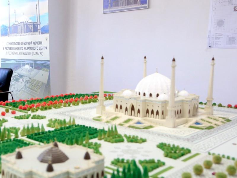 """Магасская мечеть была заложена в 2011 году, тогда же для финансирования строительства был создан специальный фонд """"Азан"""", который возглавил член Совета федерации от Ингушетии Ахмет Паланкоев"""