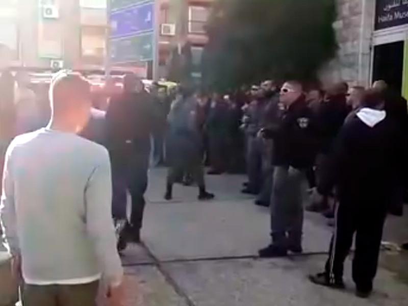 """Неделю назад представители арабской христианской общины города начали акцию протеста с требованием убрать скульптуру """"МакИисус"""" из музея"""