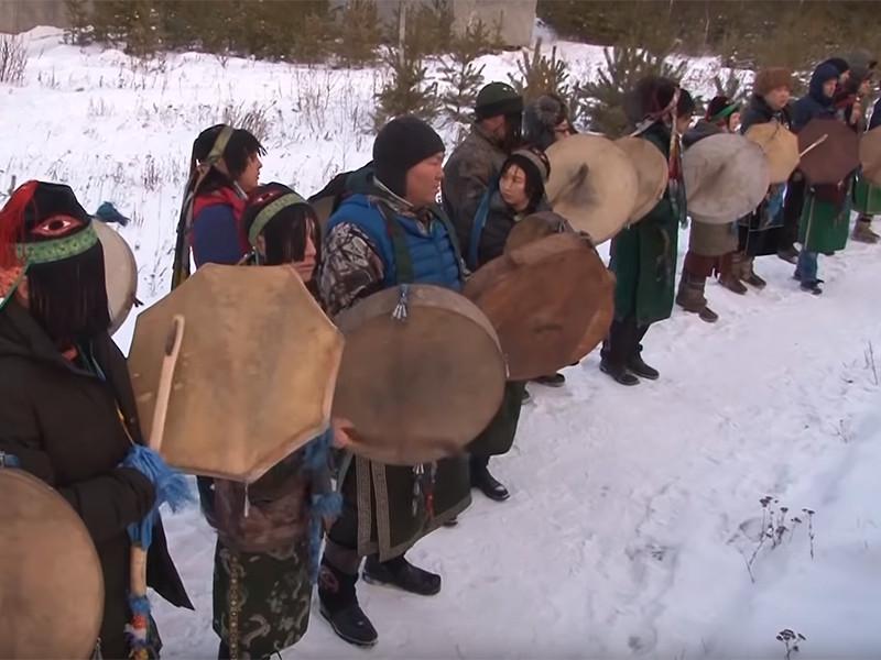"""Иркутские шаманы организации """"Хухэ Мунхэ Тэнгэри"""" (""""Вечно синее небо"""") провели обряд, в ходе которого сожгли туши пятерых верблюдов в целях """"укрепления России"""""""
