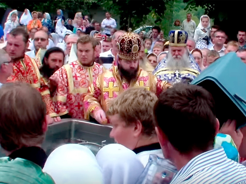 В Русской православной церкви прокомментировали видеоролик шестилетней давности, внезапно вызвавший большой резонанс в соцсетях. На нем священнослужитель в церковном облачении в присутствии большого числа верующих поливает водой предмет, похожий на истлевшую ступню