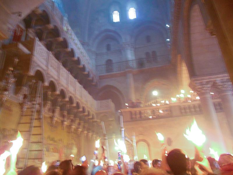 Верующие дождались схождения благодатного огня в Иерусалиме, к пасхальной службе его привезут в Москву