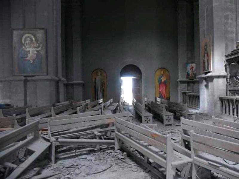 Собор Святого Христа Всеспасителя в городе Шуши после обстрела азербайджанскими войсками