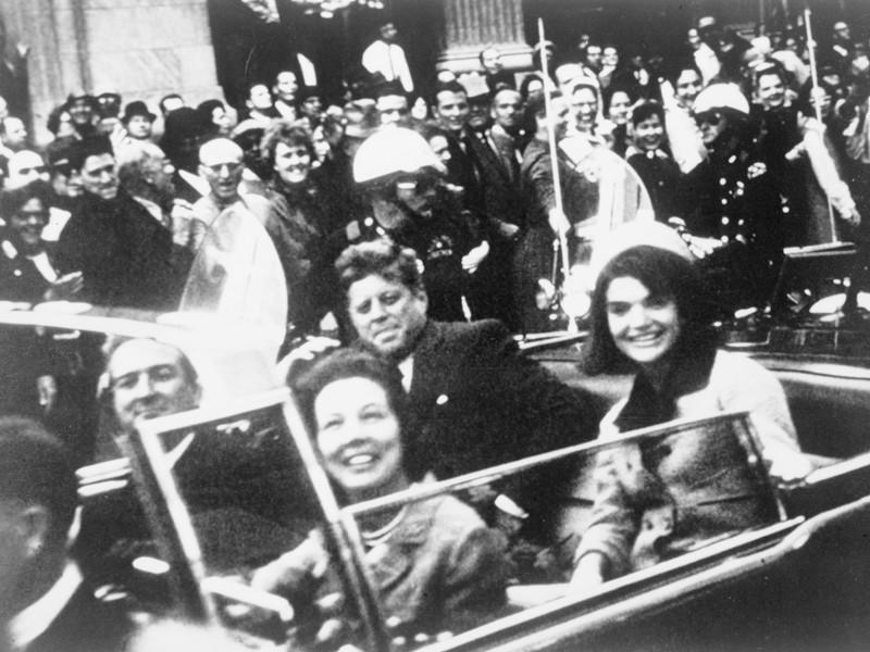 Джон Кеннеди в президентском лимузине, за несколько секунд до убийства