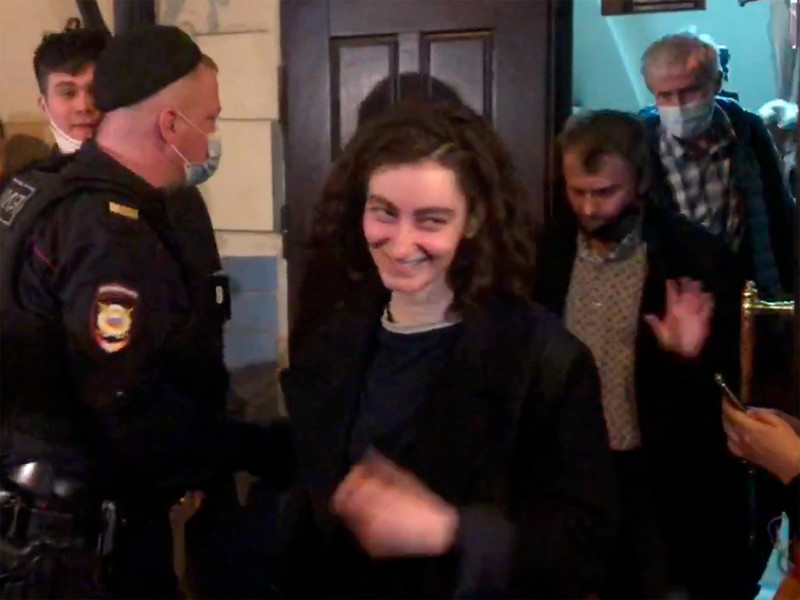 Алла Гутникова на выходе из Басманного районного суда, 14 апреля 2021 года