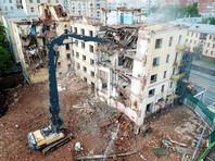 Вид с квадрокоптера на снос расселенного жилого дома на Русаковской улице по программе реновации столичного жилфонда