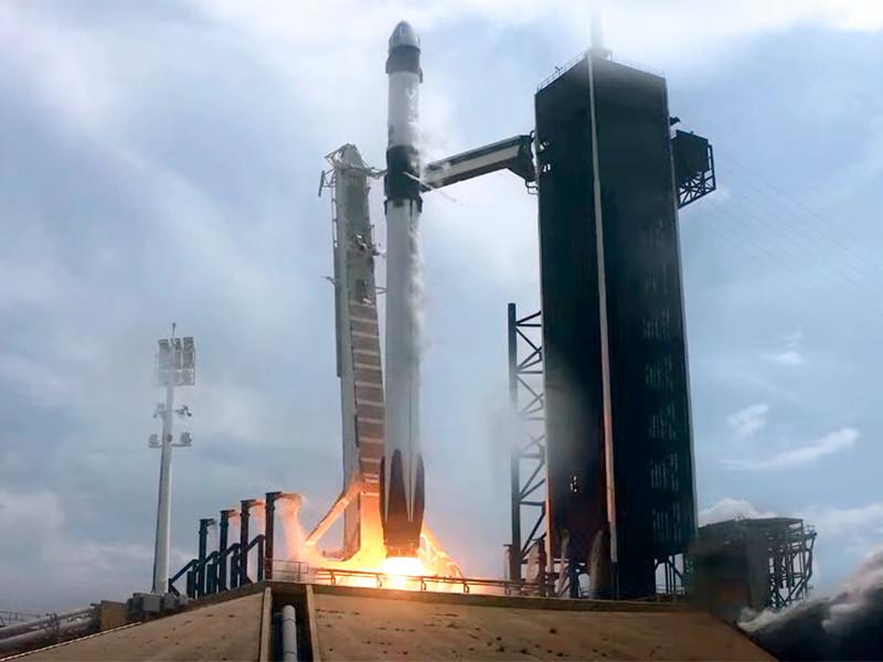 Ракета-носитель Falcon 9 (также разработана SpaceX) с кораблем Crew Dragon стартовала в 22 часа 22 минуты по московскому времени с площадки LC-39А, расположенной в Космическом центре имени Джона Кеннеди во Флориде l