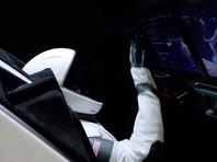 Задача пользователя состоит в том, чтобы аккуратно подвести корабль к стыковочному шлюзу МКС, удерживая Crew Dragon в нужном положении при помощи различных и весьма чувствительных контроллеров