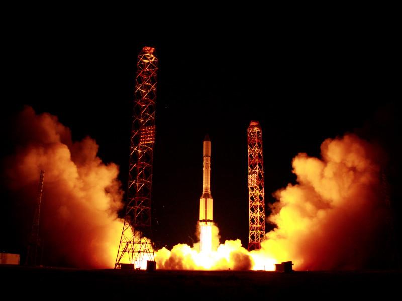 """С Байконура запустили ракету """"Протон-М"""" с двумя российскими спутниками связи"""